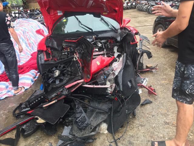Siêu xe nát bét phần đầu sau vụ tai nạn. Ảnh: Giang Nguyen Tung