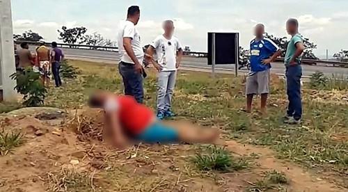 Người dân địa phương tấn công nghi phạm Angelina Rodrigues gần hiện trường nơi thi thể sản phụ được tìm thấy. Ảnh: Mirror