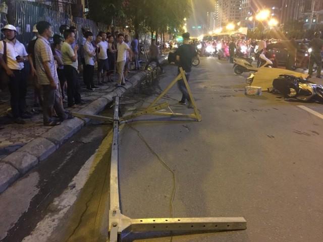 Hiện trường vụ khung sắt rơi khiến cô gái tử vong trên đường Lê Văn Lương hôm 27/9.