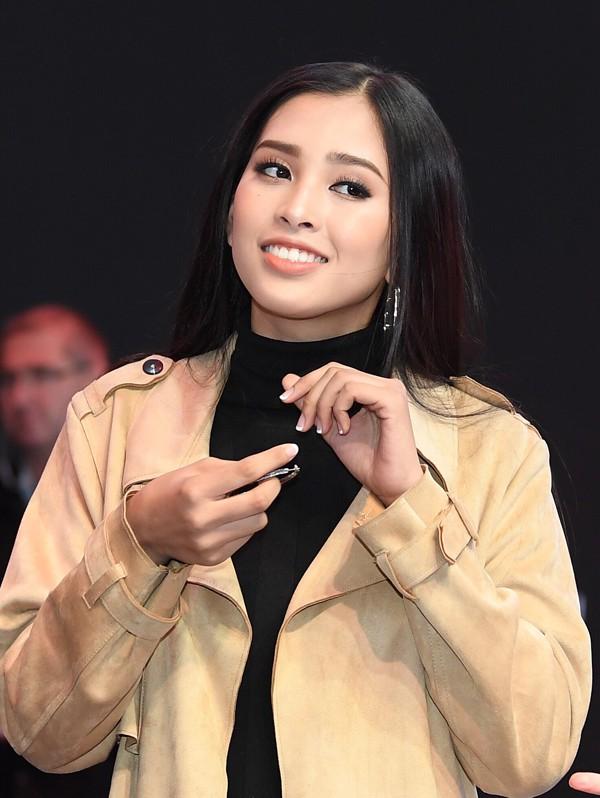 2 tuần sau đăng quang, Trần Tiểu Vy được khen ngợi bởi thái độ tích cực, không né tránh áp lực và tận tậm với công việc.
