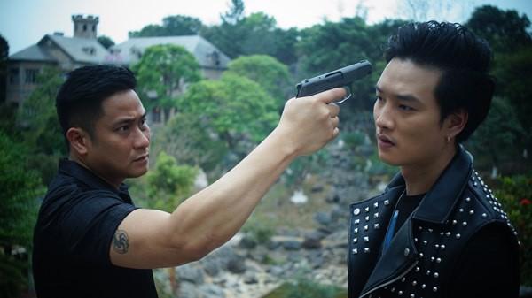 Minh Tiệp (trái) vào vai Vũ Mặt Sắt trong phim Quỳnh búp bê.