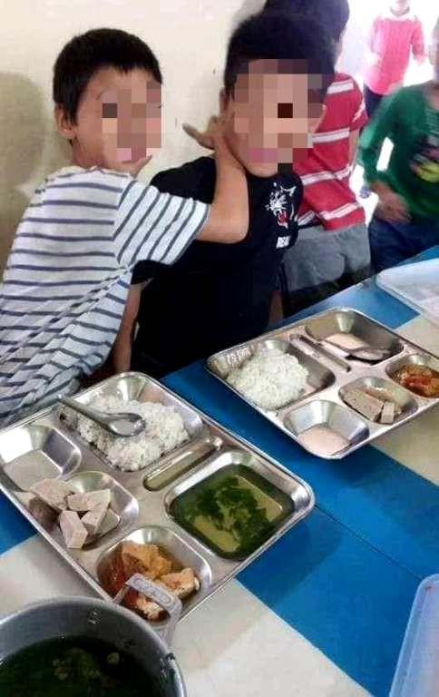 Bữa ăn của học sinh trường tiểu học Tứ Cường được cho rằng chưa tương xứng với số tiền đóng. Ảnh: Đ.Tùy