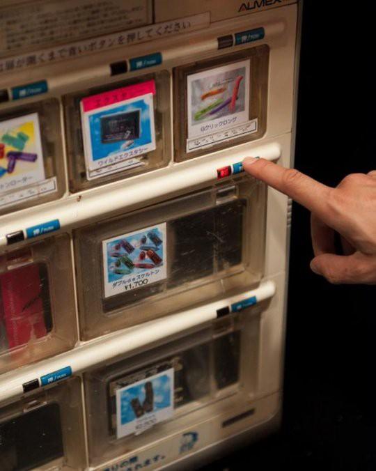 Việc mua bán các dụng cụ hỗ trợ chuyện yêu cũng qua máy tự động.