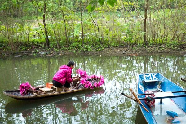 Thuyền nan nhỏ kết hoa xung quanh được cho thuê với giá 150.000 đồng.