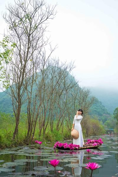 Hình ảnh người phụ nữ duyên dáng trong tà áo dài luôn đem đến cảm hứng sáng tác cho các nhiếp ảnh gia.