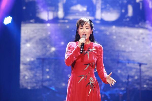 Hồng Nhung bất ngờ thiếu tập trung khi hát thêm một đoạn của ca khúc Thu vàng dù bài đã hết.