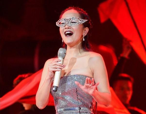 Hồng Nhung gây choáng khi hát Lạc trôi và Bùa yêu của đàn em.