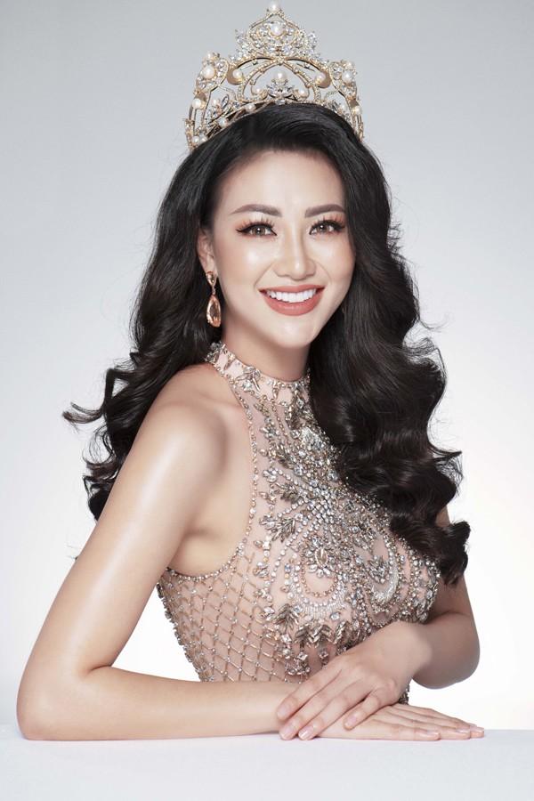 Nguyễn Phương Khánh gây chú ý khi giành 2 huy chương vàng trong phần thi trang phục dân tộc.