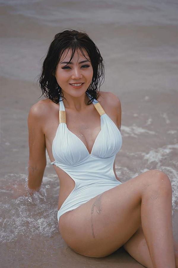 Người đẹp khoe trọn vẹn lợi thế 3 vòng căng tròn nảy nở khiến nhiều cô gái ghen tị.