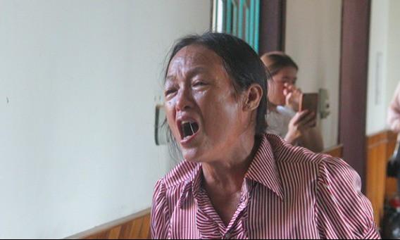 Người nhà nạn nhân gào khóc khi tòa tuyên bố hoãn. Ảnh: Hùng Lê