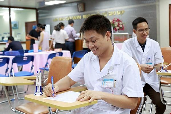 ThS. BS Vũ Hải Toàn, Phó Giám đốc Trung tâm Thalassemia đăng ký hiến máu. Ảnh: Công Thắng