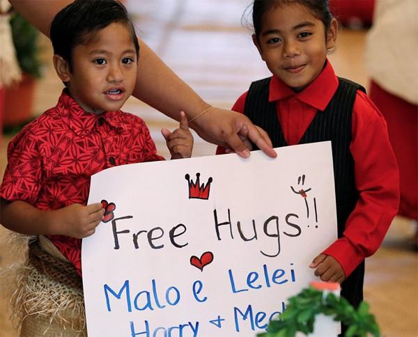 Dù không nhận được cái ôm của Meghan Markle nhưng cậu vẫn vui vẻ vì nụ cười của cô.