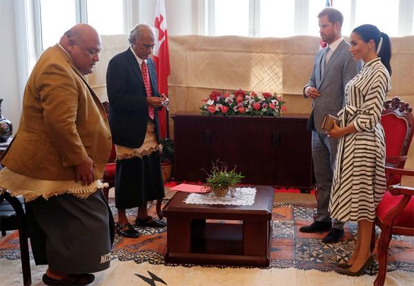 Meghan Markle vui vẻ gặp người đứng đầu quốc đảo Tonga.