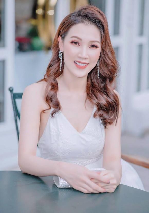 Hoa hậu Áo dài Phí Thuỳ Linh trẻ trung như gái đôi mươi dù đã là mẹ hai con.