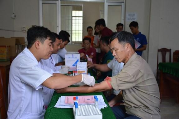 Các tình nguyện viên đến đăng ký và kiểm tra máu.