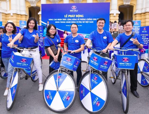 Diễn viên Lan Hương (thứ 2 từ trái sang) đạp xe mang thông điệp phòng chống ung thư sáng 28/10