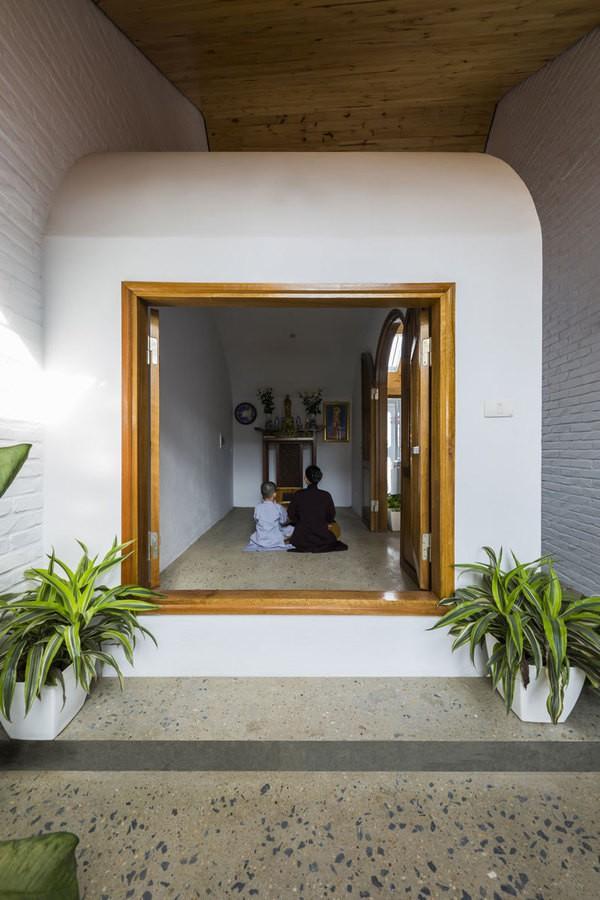 Gia chủ là một gia đình theo đạo Phật, mong muốn có một không gian thờ gia tiên và thờ Phật trang nghiêm, nên các kiến trúc sư đã thiết kế một phòng nhỏ trên tầng 4. Không gian bên trong được kết nối với thiên nhiên bên ngoài qua hệ cửa rộng, chan hòa ánh sáng và các bồn cây xanh.