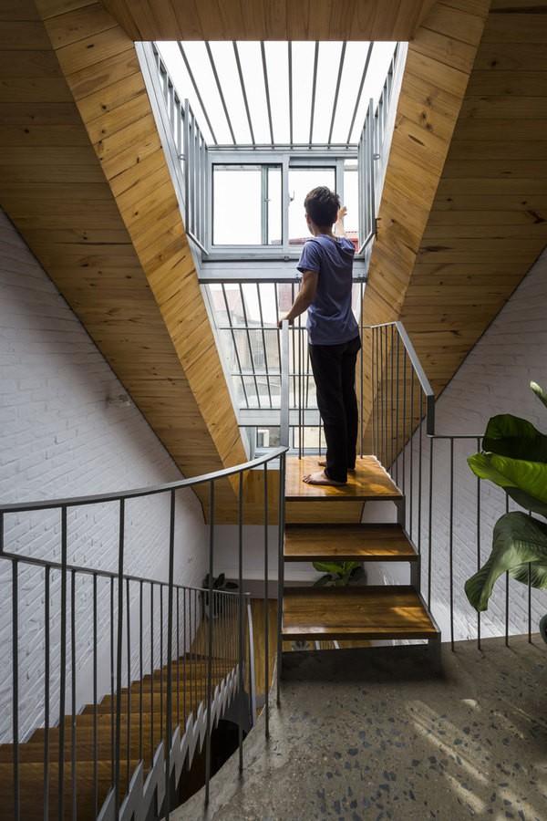 Các cửa sổ kính cũng được thiết kế ở mái sau nhà, đủ thấp để dễ dàng mở ra đóng vào, cho phép người trong nhà có thể nhìn và tiếp xúc trực tiếp với không gian bên ngoài. Phần mái thấp này đặc biệt tạo ra hiệu ứng thoáng và sáng phía sau nhà.
