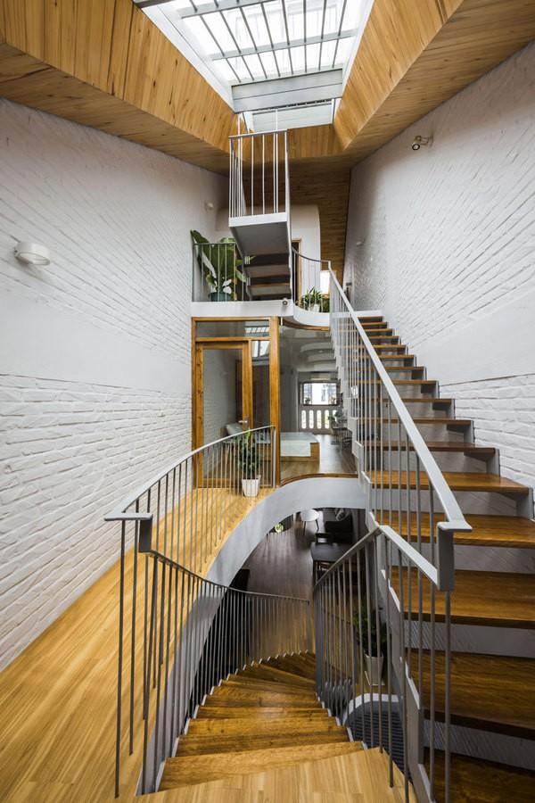 Bên trong, các thông tầng và cầu thang bố trí không liên tục tạo ra các khoảng trống trong nhà giúp cho việc đi lại như đi dạo qua các hành lang và khả năng thông gió được hiệu quả hơn.