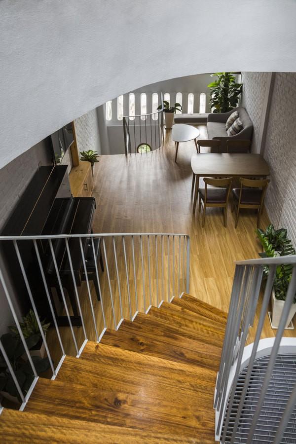 Các kiến trúc sư thiết kế theo hướng giảm tối đa các bức tường ngăn cách không gian. Chỉ các khu phụ được bao quanh bởi các bức tường cong, khắc phục được các góc nhọn sinh ra bởi khu đất méo, đồng thời tạo không gian thông thoáng mềm mại liên tục trong nhà.