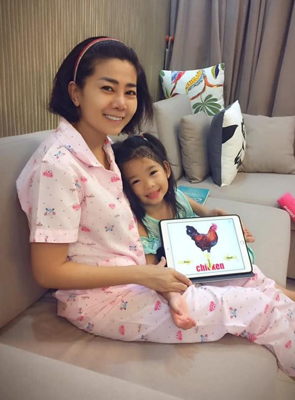 Mai Phương dạy con gái học tiếng Anh.