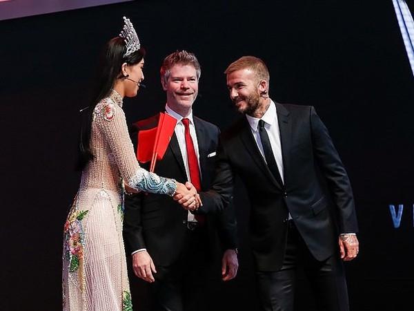 Trần Tiểu Vy nói với David Beckham: David, cảm ơn rất nhiều. Tôi có món quà này tặng anh.