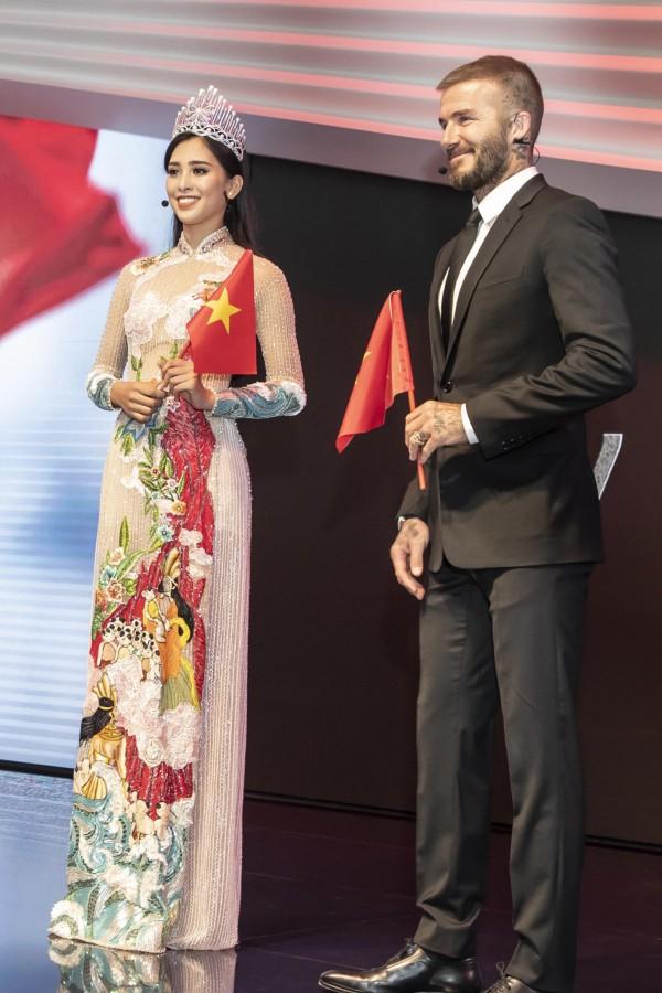 Tuy nhiên vẫn có nhiều khán giả không thích trang phục áo dài xuyên thấu của Trần Tiểu Vy.