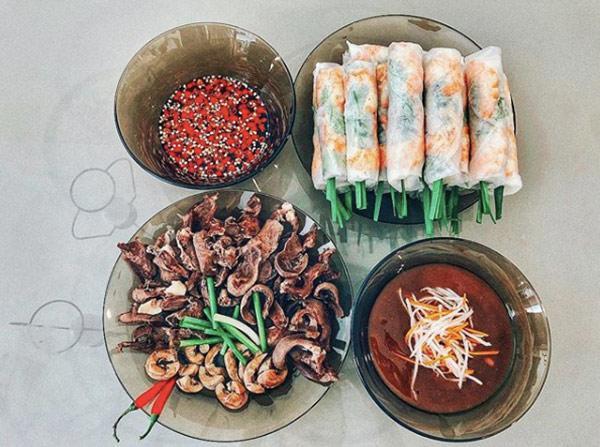 Bát nước chấm kín đặc ớt cắt nhỏ khiến nhiều người thán phục khả năng ăn cay của Lan Khuê