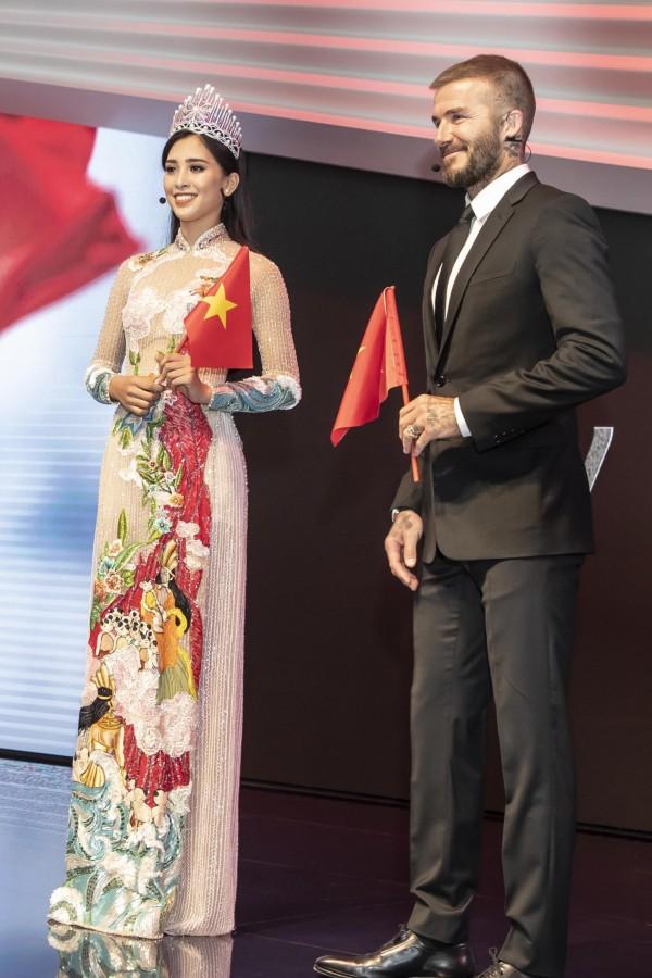 Trước khi kết thúc phần gặp gỡ ngắn ngủi, Tiểu Vy trao tặng David Beckham một món quà là lá cờ Việt Nam. Cô giao tiếp bằng tiếng Anh và luôn nở nụ cười thân thiện. Beckham cũng gửi lời cám ơn, đáp lại tấm lòng của người đẹp.
