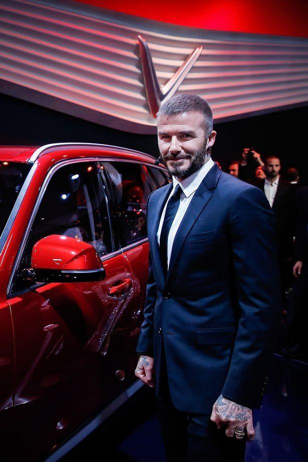 Tờ Mirror để ý việc Beckham nắm chặt 2 tay khi chụp ảnh với xe. Ảnh: Getty Images Europe.