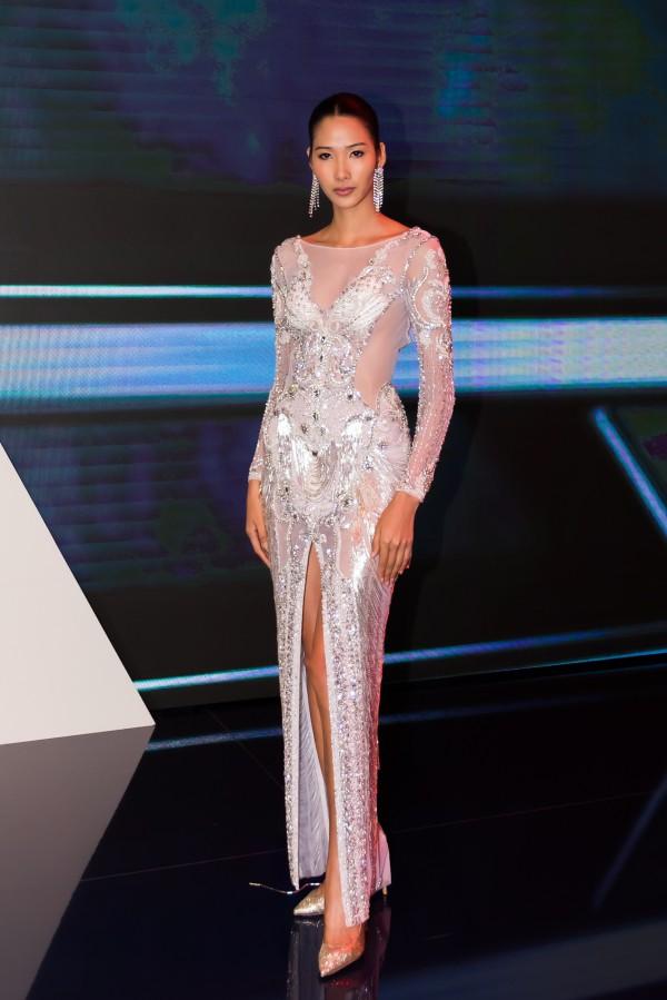 Ngoài Tiểu Vy, Á hậu Hoàn vũ Việt Nam 2017 - Hoàng Thùy cũng là một trong những khách mời tham gia sự kiện nhưng cô không xuất hiện trên sân khấu. Người đẹp khoe vóc dáng với chiếc váy dạ hội có chất liệu xuyên thấu của nhà thiết kế LLinh San.