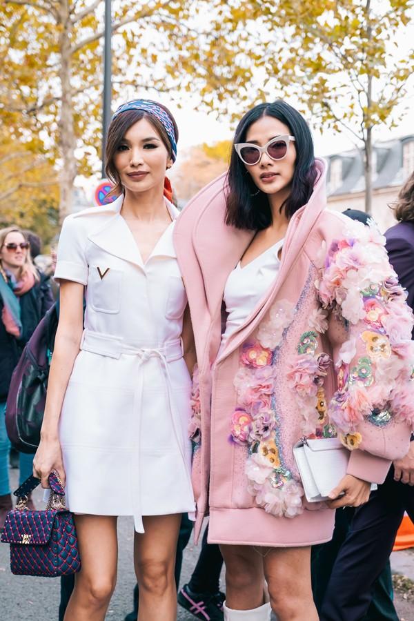 Trước đó, cô có dịp gặp gỡ Gemman Chan - người thủ vai tiểu thư Astrid trong phim  Crazy Rich Asians .