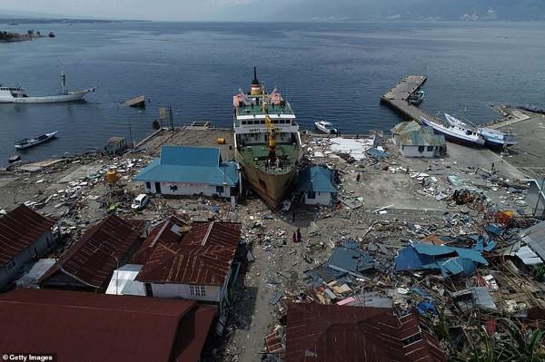 Một làng chài bị phá hủy sau trận động đất kinh hoàng.