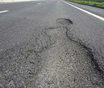 Mặt đường Cao tốc Đà Nẵng – Quảng Ngãi xuất hiện ổ voi sau khi đưa vào sử dụng trong một thời gian ngắn. Ảnh: TN