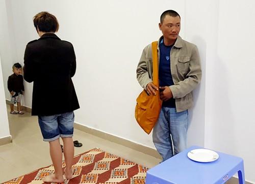 Dứt thực nghiệm lại việc đánh tráo tiền trên đĩa khi nạn nhân đang quay mặt cúng. Ảnh: Khánh Hương.