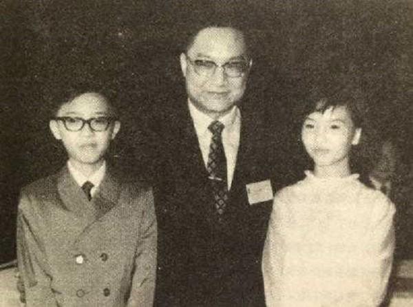 Nhà văn Kim Dung cùng con trai Tra Truyền Hiệp và con gái Tra Truyền Thi.