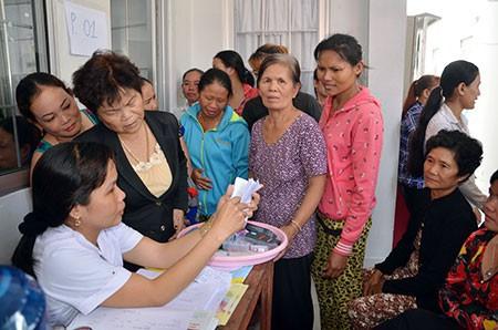 Người cao tuổi đến đăng ký thực hiện các dịch vụ tại Trạm Y tế xã Hòa An, huyện Phụng Hiệp. Ảnh: H.Diễm