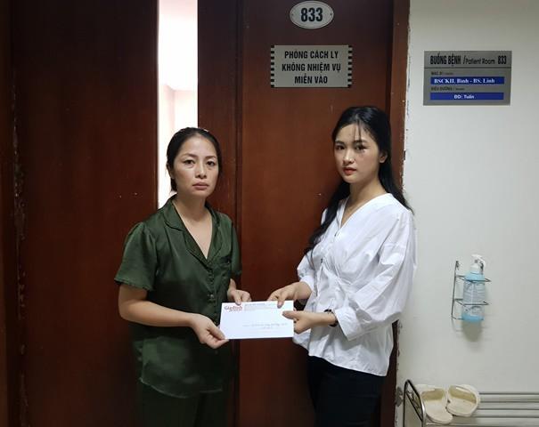 Chị Phùng Thị Thanh Thủy (trái) nhận số tiền 3.755.000 đồng của bạn đọc ủng hộ thông qua Báo Gia đình & Xã hội.