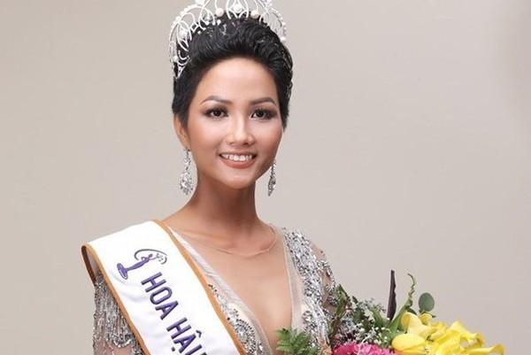 Đầu năm 2018, Hhen Niê đăng quang Hoa hậu Hoàn vũ Việt Nam. Người đẹp được khen ngợi bởi nhan sắc gợi cảm và mặn mà.