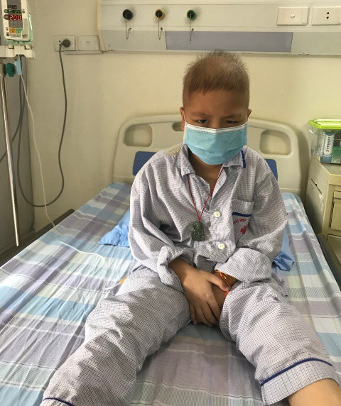 Cháu Hoàng Tuấn Hưng mong muốn khỏi bệnh để được đi học như các bạn. Ảnh: PV