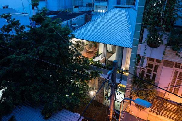 Khu vực này có mật độ dân cư khá đông đúc, nhà sát nhà và tạo cảm giác bí bách thường thấy ở các thành phố lớn.