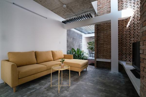 Phòng khách độc đáo, nổi bật với bộ sofa màu vàng mù tạt.