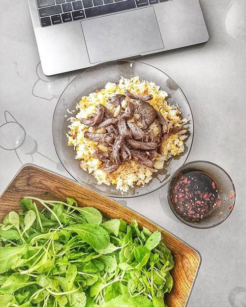 Sẵn cơm nguội trong tủ lạnh, thịt bò còn dư, Lan Khuê biến tấu thành món cơm chiên Wagyu ăn kèm rau cải sống.