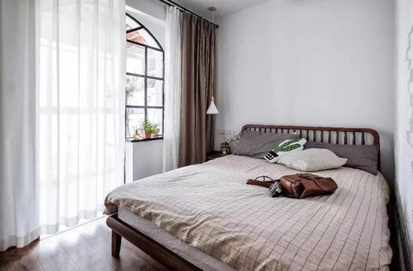 Phòng ngủ với màu trắng và nâu, tuy đơn giản nhưng không vì thế mà đơn điệu.