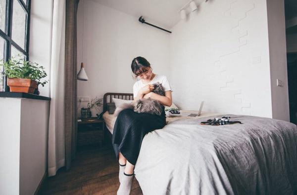 Cô nàng sống cùng những chú mèo của mình.