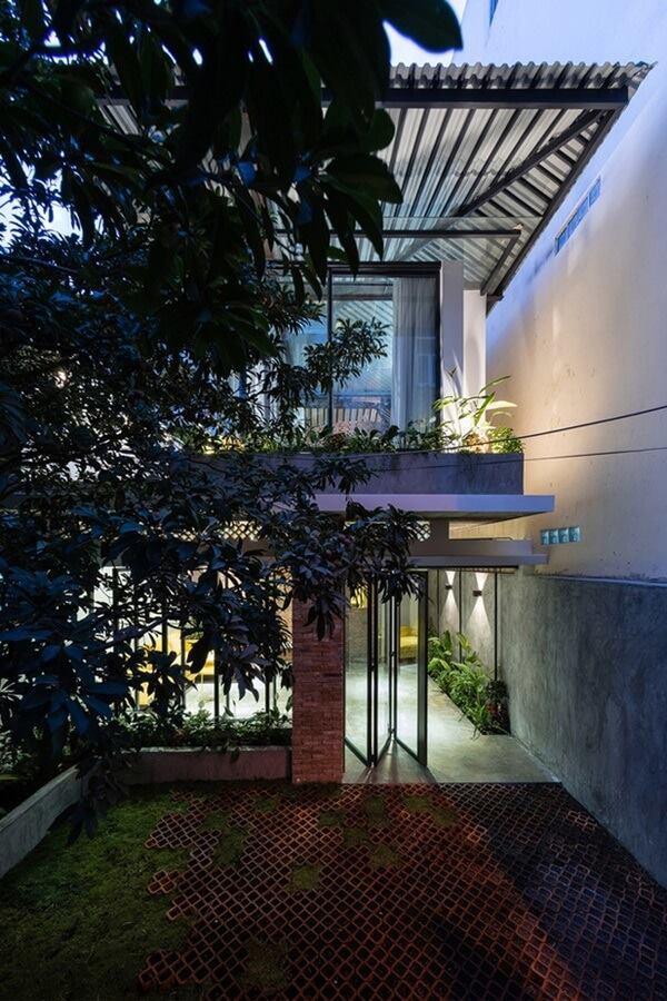 Khi bắt tay vào cải tạo nhà thành tổ ấm cho một cặp vợ chồng trẻ, các kiến trúc sư đã giữ lại gần như toàn bộ khung kết cấu cũ, chỉ gia cố thêm một hệ khung mới để có thể chồng tầng.