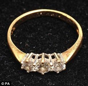 Nhờ chiếc nhẫn đính hôn, Michelina đã thoát chết ngoạn mục.