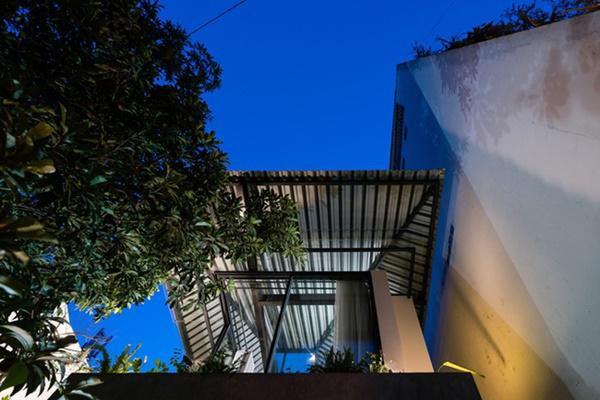 Để tận dụng tối đa tầm nhìn và khoảng xanh của khoảng sân rộng trước nhà, các kiến trúc sư đã tạo ra một mái che lớn, lấy cảm hứng từ chiếc ô, mở ra không gian thông thoáng hơn hẳn cho không gian sống.