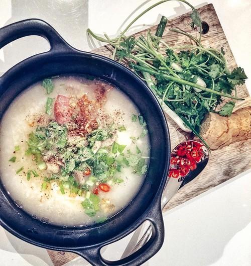 Để món cháo mực gạo rang dậy mùi hấp dẫn, theo Lan Khuê, nên có bước phi hành, tỏi chín vàng rồi rắc đều lên tô cháo lúc còn nóng.