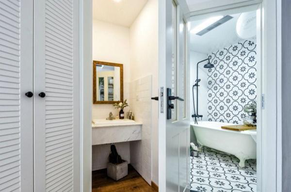 Phòng tắm nhỏ nhưng xinh xắn, tạo cảm giác thoải mái, ấm cúng.